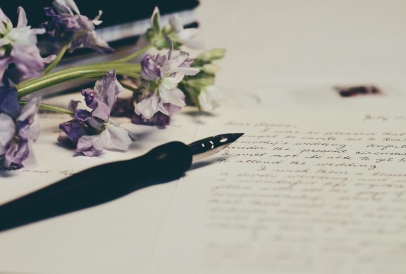 Une lettre et une plume pour écrire